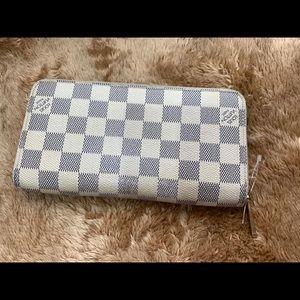 💯 authentic Louis Vuitton zippy wallet in Azur